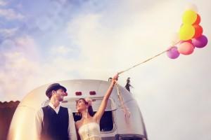 Photo originale devant une caravane