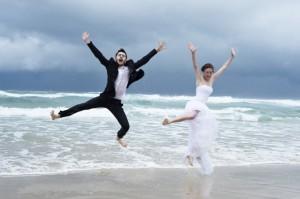 Photo originale en sautant dans le sable